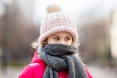 Nahaufnahmeporträt der tragenden Strickmütze des netten Babys und der Winterjacke draußen Stockfotos