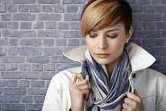 Nahaufnahmeporträt der traurigen jungen Frau, unten schauend Stockfotografie
