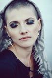 Nahaufnahmeporträt der traurigen schönen kaukasischen weißen jungen kahlen Mädchenfrau mit dem rasierten Haarkopf umfasst mit Sch Stockfotografie