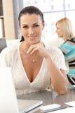 Nahaufnahmeporträt der zufälligen Geschäftsfrau im Büro Stockfotografie
