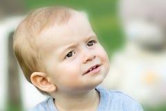 Nahaufnahmeporträt des überraschten kleinen Babys am Sommertag Unscharfer Hintergrund Stockfoto