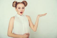 Nahaufnahmeporträt des überraschten schönen Mädchens Lizenzfreie Stockbilder