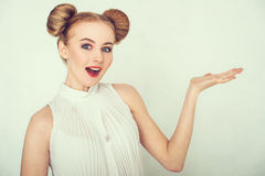 Nahaufnahmeporträt des überraschten schönen Mädchens Lizenzfreies Stockfoto