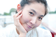 Nahaufnahmeporträt des asiatischen schönen Mädchengesichtes. Ausdruck des Zufalls Lizenzfreie Stockbilder