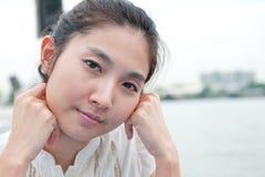 Nahaufnahmeporträt des asiatischen schönen Mädchengesichtes. Ausdruck des Zufalls Lizenzfreies Stockfoto