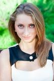 Nahaufnahmeporträt des attraktiven jungen Mädchens Stockfotos