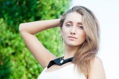 Nahaufnahmeporträt des attraktiven jungen Mädchens Lizenzfreies Stockfoto