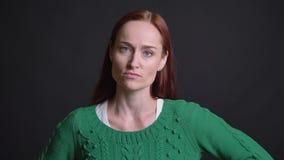 Nahaufnahmeporträt des attraktiven kaukasischen weiblichen Seins verärgertes frustriertes und des Wellenartig bewegens mit ihrem  stock video