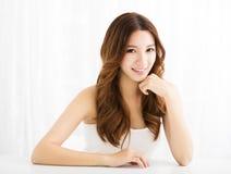 Nahaufnahmeporträt des attraktiven Lächelns der jungen Frau stockfotos