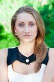 Nahaufnahmeporträt des attraktiven Mädchens lizenzfreie stockbilder