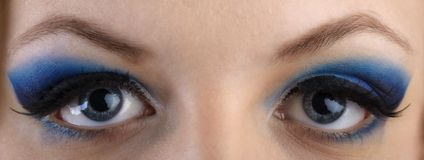 Nahaufnahmeporträt des Augezonenmakes-up des schönen Mädchens mit Blau Stockfotos