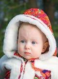 Nahaufnahmeporträt des Babys im Pelzmantel Lizenzfreie Stockfotografie