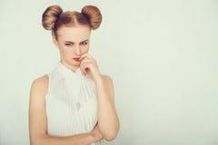 Nahaufnahmeporträt des beleidigten schönen Mädchens wenn die lustige Frisur betrachtet, Kamera Stockfoto
