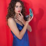 Nahaufnahmeporträt des Brunettemädchens mit Make-up stockbild