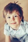 Nahaufnahmeporträt des entzückenden lächelnden kleinen Jungen mit braunen Augen lizenzfreies stockfoto