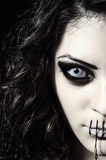 Nahaufnahmeporträt des furchtsamen merkwürdigen Mädchens mit dem Mund genäht geschlossen stockfotos