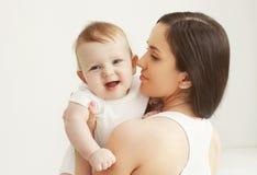 Nahaufnahmeporträt des glücklichen Babys mit Mutter Lizenzfreies Stockbild