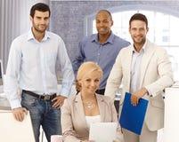 Nahaufnahmeporträt des glücklichen Geschäftsteams Stockfotografie