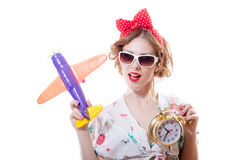 Nahaufnahmeporträt des Habens des Spaßes, der mit Flugzeug spielt u. Wecker schönes blondes junge Frau Pinupmädchen in der Sonnen Lizenzfreie Stockfotografie