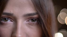 Nahaufnahmeporträt des jungen kaukasischen weiblichen Gesichtes mit den grünen Augen, die gerade Kamera in der Betrachtung betrac stock video footage