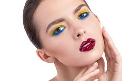 Nahaufnahmeporträt des jungen Mädchens mit Make-up stockbild