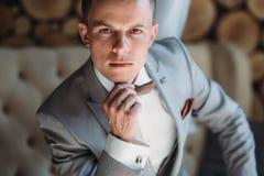 Nahaufnahmeporträt des jungen männlichen Geschäftsmannes erhält ankleidete für Arbeit Ein blonder Kerl in einem weißen Hemd versu Stockfotografie