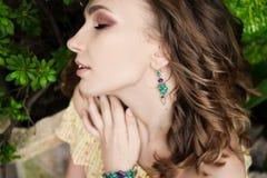Nahaufnahmeporträt des jungen schönen Mädchens mit Sommerkleid des gelockten Haares im tropischen Wald Stockfoto