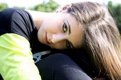 Nahaufnahmeporträt des jungen weiblichen Jugendlichlächelns lizenzfreie stockfotos