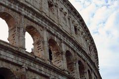 Nahaufnahmeporträt des Kolosseums alte Wand mit Bogen in Rom errichtend Lizenzfreies Stockbild