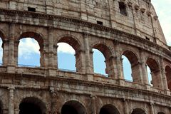 Nahaufnahmeporträt des Kolosseums alte Wand mit Bogen in Rom errichtend Stockfotografie