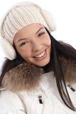 Nahaufnahmeporträt des lächelnden Wintermädchens Stockbild