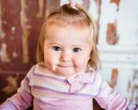 Nahaufnahmeporträt des lustigen blonden kleinen Mädchens mit großen grauen Augen Stockbilder