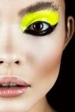 Nahaufnahmeporträt des Mädchens mit kreativer Kunst des gelben und schwarzen Makes-up Schönes lächelndes Mädchen Stockfoto