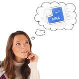 Nahaufnahmeporträt des Mädchens träumend über on-line-MBA-Training (i stockbild