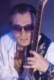 Nahaufnahmeporträt des männlichen Gitarristen entspannend Lizenzfreies Stockbild