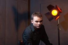 Nahaufnahmeporträt des Mannes im Studio mit Blitzen Stockfoto