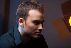 Nahaufnahmeporträt des Mannes im Studio mit Blitzen Lizenzfreie Stockfotografie