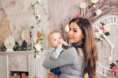 Nahaufnahmeporträt des Mutter- und Babysohns zuhause stockfotografie
