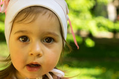 Nahaufnahmeporträt des netten Kindes denkend am Park Lizenzfreies Stockfoto