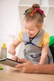 Nahaufnahmeporträt des netten kleinen Mädchens mit Tablette Lizenzfreies Stockfoto