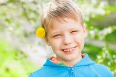 Nahaufnahmeporträt des netten lustigen kleinen Jungen Stockbild