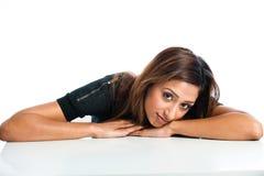 Nahaufnahmeporträt des neuen, schönen jungen asiatischen indischen Modells Stockbild