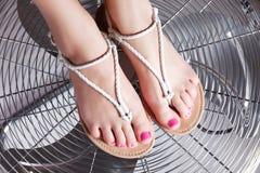 Nahaufnahmeporträt des pedicured weiblichen Fußes mit modischen Gel polis Lizenzfreies Stockfoto