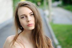 Nahaufnahmeporträt des reizend traurigen Mädchens im Freien Stockfotografie
