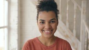 Nahaufnahmeporträt des schönen Afroamerikanermädchens, das Kamera lacht und untersucht Frauenshowgefühle von den serios stock footage
