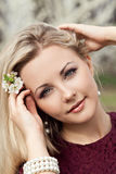 Schöner blonder Garten des Mädchens im Frühjahr stockfotografie