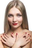Nahaufnahmeporträt des schönen blonden Mädchens lokalisiert auf Weißrückseite Stockbild