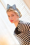 Nahaufnahmeporträt des schönen blonden Pinupmädchens, das den Spaß leicht lächelt u. betrachtet Kamera auf Aufflackernsonnen-Bele Lizenzfreies Stockfoto