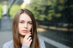 Nahaufnahmeporträt des schönen ernsten Mädchens in der Stadt Lizenzfreie Stockbilder