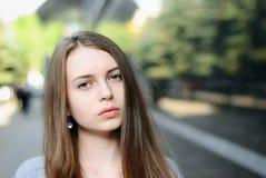 Nahaufnahmeporträt des schönen ernsten Mädchens in der Straße Lizenzfreies Stockfoto